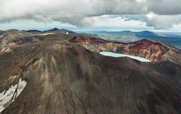 Maly Semyachik is een stratovolcano met zuurrijk kratermeer Kronotskynatuurreservaat op het Schiereiland van Kamchatka royalty-vrije stock fotografie