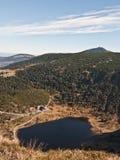 Maly Staw sjö med den Smiezka kullen på bakgrunden i Karkonosze berg Royaltyfria Bilder