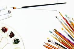 Malzeug- und Raumweißsegeltuch Kunst Hintergrund, Bürsten Stockfotos