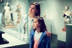 Mamá adulta e hija que miran exposiciones fotos de archivo libres de regalías