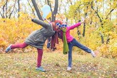 Mamá alegre e hija adolescente Imágenes de archivo libres de regalías