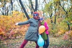 Mamá alegre e hija adolescente, en gafas de sol divertidas Fotografía de archivo