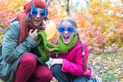 Mamá alegre e hija adolescente que ríen y que gritan Foto de archivo