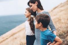 Mamá con caminar de los niños al aire libre fotografía de archivo libre de regalías