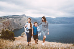 Mamá con caminar de los niños al aire libre Imagenes de archivo