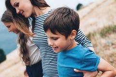 Mamá con caminar de los niños al aire libre Fotos de archivo