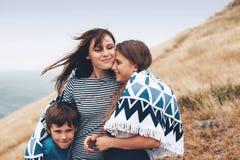 Mamá con caminar de los niños al aire libre Imágenes de archivo libres de regalías