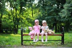 Mamá con dos gemelos de las hijas fotografía de archivo libre de regalías