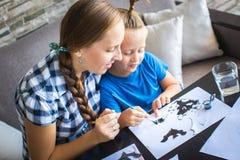 Mamá con drenaje del hijo un ratón de vuelo Imagen de archivo libre de regalías