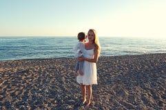Mamá con el bebé en la playa en el lado, Turquía fotografía de archivo