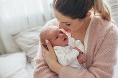 Mamá con el bebé recién nacido imagen de archivo