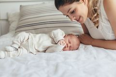 Mamá con el bebé recién nacido fotografía de archivo libre de regalías