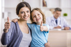Mamá con el niño en el doctor Imagenes de archivo