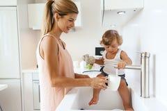 Mamá con el niño en la cocina Imagen de archivo