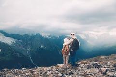 Mamá con el niño en montañas Imagenes de archivo