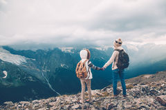 Mamá con el niño en montañas Imagen de archivo libre de regalías