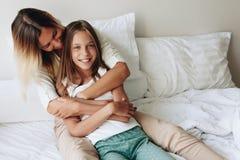Mamá con la hija del tween Foto de archivo