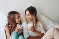 Mamá con la hija del tween Imagen de archivo libre de regalías