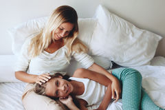 Mamá con la hija del tween Imagenes de archivo