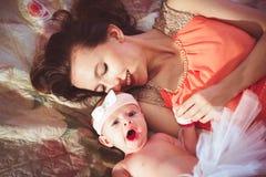 Mamá con la hija en cama Imagen de archivo
