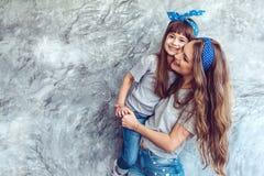 Mamá con la hija en mirada de la familia imagen de archivo