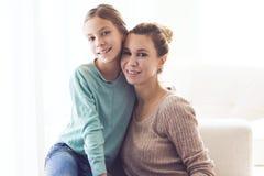 Mamá con la hija pre adolescente Fotografía de archivo libre de regalías