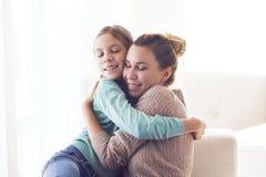 Mamá con la hija pre adolescente Fotos de archivo libres de regalías