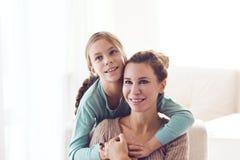 Mamá con la hija pre adolescente Imagen de archivo