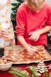 Mamá con la hija que hace las galletas de la Navidad Imágenes de archivo libres de regalías