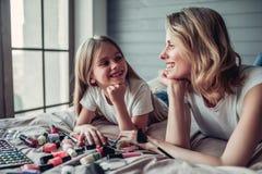 Mamá con la hija que hace maquillaje fotos de archivo