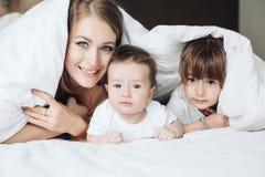 Mamá con los niños foto de archivo