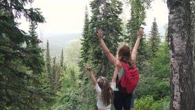 Mamá con pequeño viaje de las hijas Familia de turistas en un paseo en el bosque almacen de metraje de vídeo