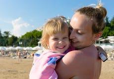 Mamá con su hija en la playa fotografía de archivo libre de regalías