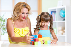 Mamá con su juego de niños de la hija junto Imágenes de archivo libres de regalías