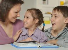 Mamá con sus niños Imagen de archivo libre de regalías