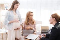Mamá con un adolescente embarazada en una recepción del ` s del psicólogo Fotos de archivo libres de regalías