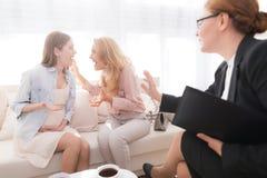 Mamá con un adolescente embarazada en una recepción del ` s del psicólogo Foto de archivo libre de regalías