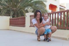 Mamá con un niño el vacaciones Foto de archivo