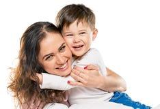 Mamá de abarcamiento del muchacho Foto de archivo libre de regalías