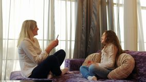 Mamá del amor de la forma de vida de la familia que toma a la hija de la foto metrajes