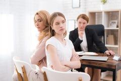Mamá e hija-adolescente en una recepción con un psicólogo Fotografía de archivo