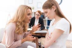 Mamá e hija-adolescente en una recepción con un psicólogo Imagen de archivo libre de regalías