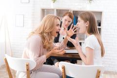 Mamá e hija-adolescente en una recepción con un psicólogo Fotografía de archivo libre de regalías