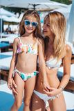 Mamá e hija el vacaciones imagen de archivo
