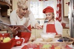 Mamá e hija en la cocina Imagen de archivo