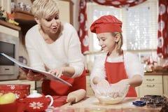 Mamá e hija en la cocina Fotos de archivo libres de regalías