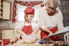 Mamá e hija en la cocina Imagen de archivo libre de regalías