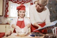Mamá e hija en la cocina Fotos de archivo