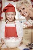 Mamá e hija en la cocina Foto de archivo