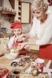 Mamá e hija en la cocina Imagenes de archivo